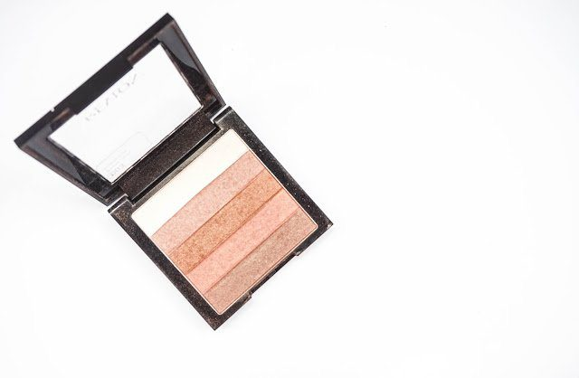 The Revlon Highlighting Palette in Bronze Glow has strips of different powders.